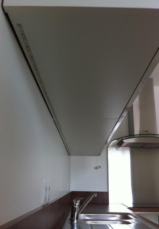 Pose du ruban de LED dans la cuisine.