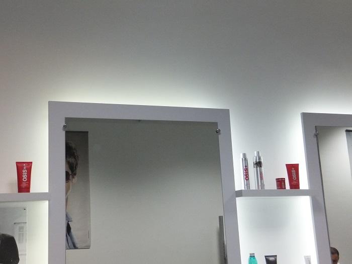 Bandeaux de LED posés derière des miroirs