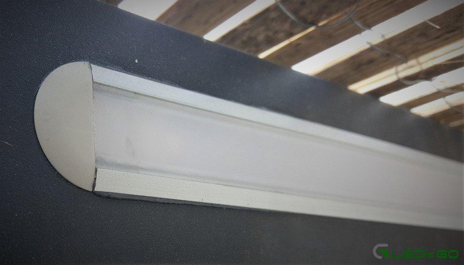 Barre LED encastrée dans une pergola